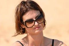 okulary przeciwsłoneczne nosi kobiety Zdjęcie Stock