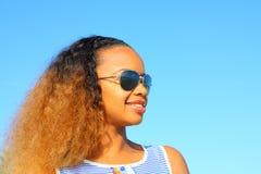 okulary przeciwsłoneczne nosi kobiety obraz royalty free