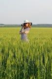 okulary przeciwsłoneczne piękna kapeluszowa kobieta Jaskrawa lato fotografia Fotografia Royalty Free
