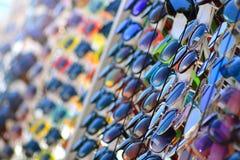 Okulary przeciwsłoneczni dla sprzedaży gabloty wystawowej obrazy royalty free