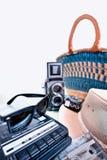 Okulary przeciwsłoneczni i starego obiektywu refleksowa kamera Obraz Stock