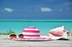 Okulary przeciwsłoneczni, kapelusz i skorupa, zdjęcia royalty free