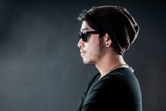 Okulary przeciwsłoneczni młodego człowieka modela moda obraz stock