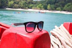 Okulary przeciwsłoneczni na łodzi Fotografia Royalty Free