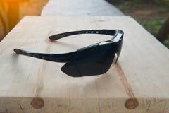 Okulary przeciwsłoneczni na drewno stołu tle Obrazy Stock