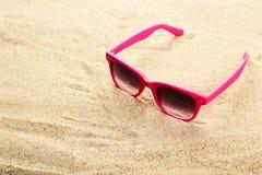 Okulary przeciwsłoneczni na plaży, zamykają up Obrazy Royalty Free