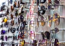Okulary przeciwsłoneczni na stojaku przy kontuarem Okulary przeciwsłoneczni dla sprzedaży obrazy stock