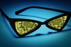 Okulary przeciwsłoneczni z obiektywami robić owoc: kiwi zamiast szkła Cl Zdjęcie Royalty Free