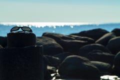Okulary przeciwsłoneczne morzem Zdjęcia Royalty Free