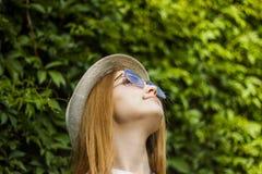 okulary przeciwsłoneczne nosi kobiety Fotografia Royalty Free