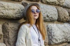 okulary przeciwsłoneczne nosi kobiety Zdjęcia Royalty Free