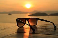 Okulary przeciwsłoneczne przy zmierzchem Obrazy Royalty Free
