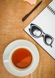 Okulary przeciwsłoneczni doodle na notepad obok herbaty Zdjęcia Stock