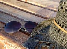 Okulary przeciwsłoneczni i kapelusz Zdjęcia Royalty Free