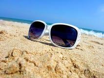 Okulary przeciwsłoneczni przy nadmorski Zdjęcie Royalty Free