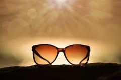 Okulary przeciwsłoneczni przy zmierzchem i Defocused horyzontem Zdjęcia Stock