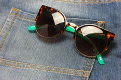 Okulary przeciwsłoneczni z cajgami Zdjęcia Royalty Free