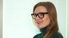 Okulisty mężczyzna stawia nowych eyeglasses od klient kobiety przy okulistycznym sklepem zbiory wideo