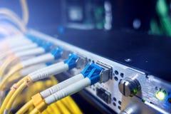 Okulistyczny serwer kolektor Rozblaskowi światła włókna optyczne audio Przecina komputer w stojaku przy wielkim dane centrum zako Zdjęcia Stock