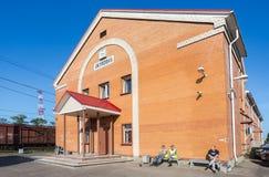 Okulovka -是在10月铁路的一个火车站在M之间 免版税库存照片