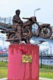 """Okulovka, région de Léningrad, novembre 2018 Monument au chanteur et au musicien russes célèbres L'inscription sur le piédestal """" photo stock"""