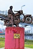 Okulovka, región de Leningrad, noviembre de 2018 Monumento al cantante y al músico rusos famosos La inscripción en el pedestal 'V foto de archivo