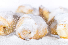 Okurzania lodowacenia cukier nad ptysiowym ciastem Obraz Stock