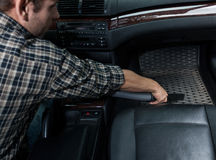 Okurzanie samochód z próżniowym cleaner zdjęcia stock