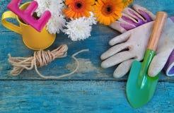 okwitnięcie kwiaty rozwidlają frontową ogrodnictwa rydla narzędzi kielnię Zdjęcie Stock