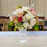 Okwitnięcie róża umieszczająca na biurku wewnątrz je obiad pokój Obraz Stock