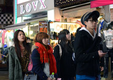 OKYO JAPAN - NOVEMBER 24: Folkmassa på den Takeshita gatan Harajuku i Tok Arkivfoto