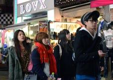 OKYO JAPONIA, NOV, - 24: Tłum przy Takeshita uliczny Harajuku w Toku Zdjęcie Stock