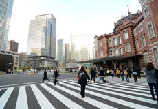 OKYO - NOVEMBER 26: Marunouchi för folkbesökTokyo station station Bui Arkivfoton