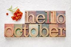 Olá! abstrtact da palavra de outubro no tipo de madeira fotografia de stock