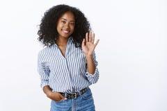 Olá! agradável encontre-o Newbie fêmea do escritório do afro-americano encantador amigável agradável do retrato que conhece o col imagem de stock
