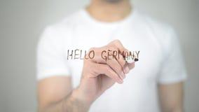 Olá! Alemanha, escrita do homem na tela transparente fotografia de stock