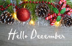 Olá! dezembro Decoração do Natal no fundo de madeira velho Conceito dos feriados de inverno foto de stock royalty free