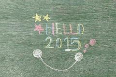 Olá! 2015 escrito na placa de madeira usando o giz Fotografia de Stock Royalty Free