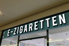 Olá! loja de Vape E-Zigaretten imagens de stock