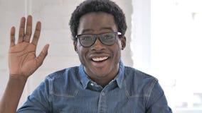 Olá!, mão de ondulação do homem africano afro-americano ocasional a dar boas-vindas video estoque