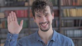 Olá!, mão de ondulação ocasional do homem novo a dar boas-vindas vídeos de arquivo