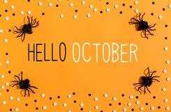 Olá! a mensagem de outubro com aranhas em cima vê fotografia de stock