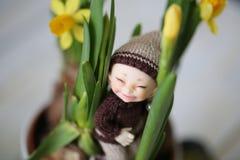 Olá! mola com poucos duende bonito e flores amarelas reais dos narcisos amarelos foto de stock