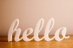 Olá! na tabela de madeira fotos de stock