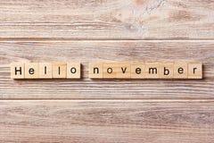Olá! palavra de novembro escrita no bloco de madeira Olá! texto na tabela, conceito de novembro Foto de Stock