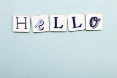 Olá! quadro indicador Letras escritas à mão das cores Luz - fundo azul fotografia de stock