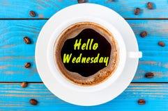 Olá! quarta-feira - texto na xícara de café da manhã A vista superior, inspiração e motiva a mensagem imagens de stock royalty free