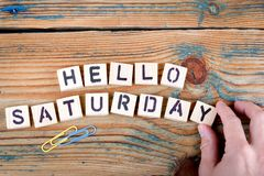 Olá! sábado Letras de madeira na mesa de escritório fotografia de stock royalty free