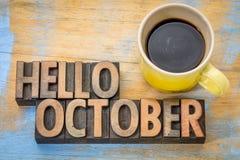 Olá! sumário da palavra de outubro no tipo de madeira fotografia de stock