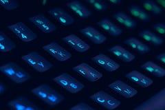 Olá! teclado mecânico do computador da tecnologia com iluminação do rgb do luminoso Feche acima do acessório do jogo do computado fotografia de stock royalty free